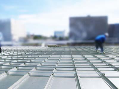 折板屋根ですが500mmピッチではないので下地金物を施工してからのトレー設置となります。
